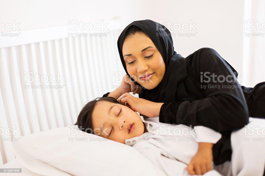 Muslimische Mutter Beobachten Ihr Sohn Schlafen Im Bett Stock