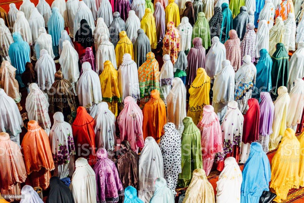 Musulmanes orando en la mezquita Istiqlal de Yakarta, Indonesia - foto de stock