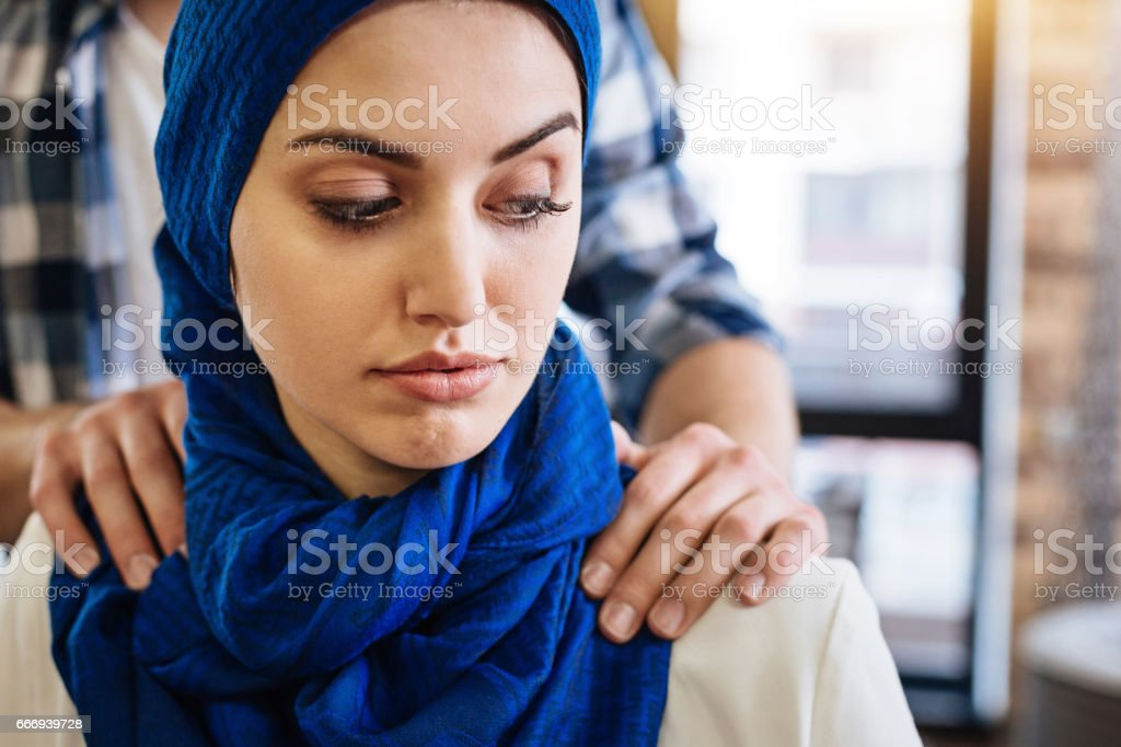 Muslim woman beign herrased by representative of another group - foto stock