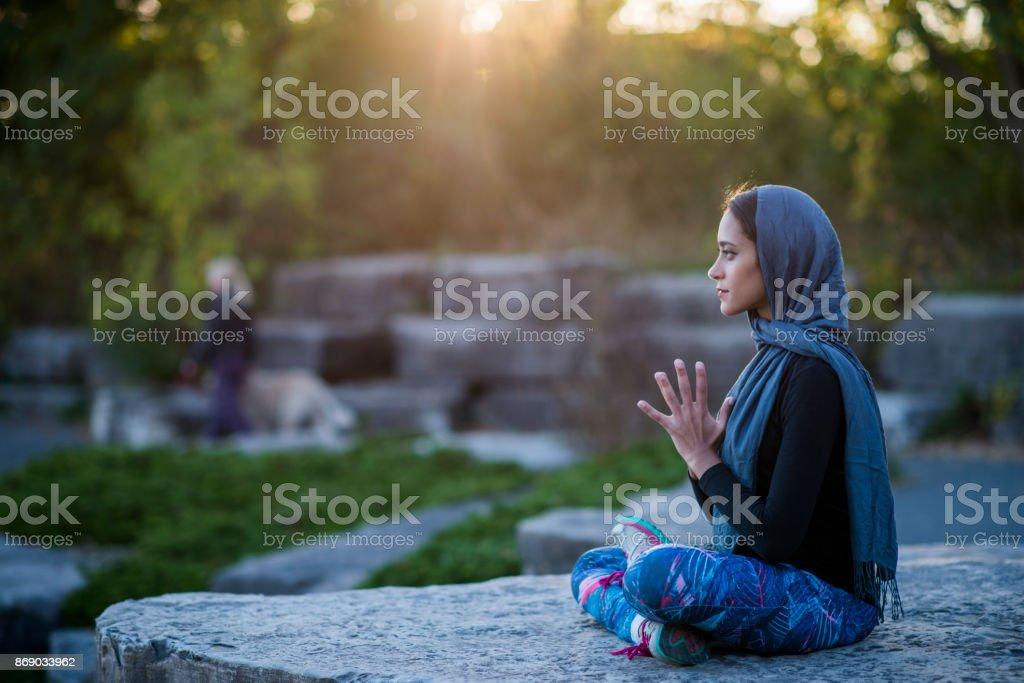 Muslimische Frau stiller Meditation im Park genießen – Foto