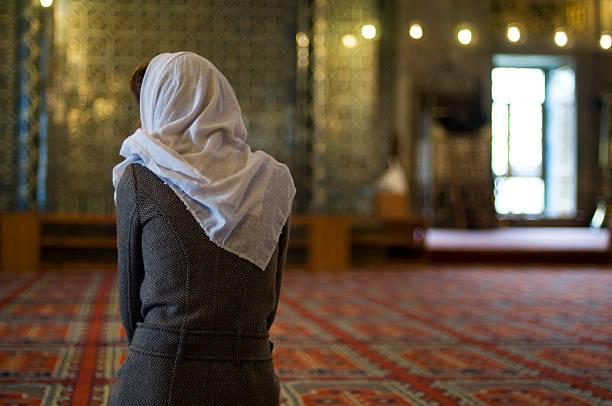 Femme musulmane est de prier dans la mosquée - Photo