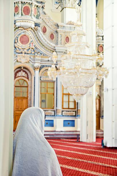 Mujer musulmana en la mezquita se desean - foto de stock