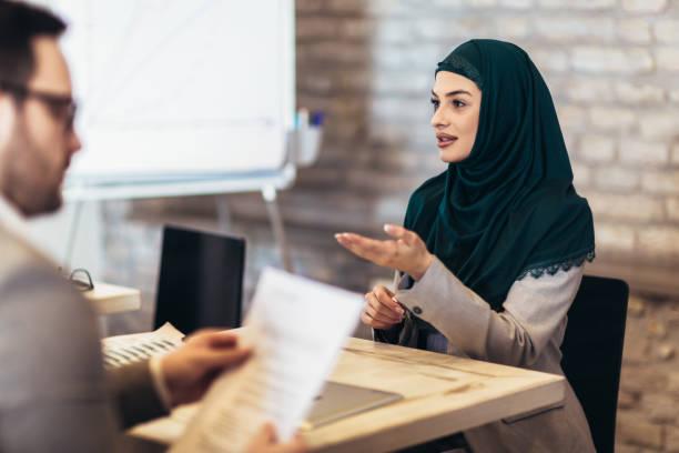Mujer musulmana, solicitante de empleo teniendo entrevista - foto de stock