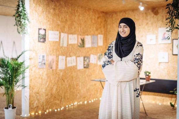 Femme musulmane s'exécute aux petites entreprises - elle exécute la boutique arts et l'artisanat - Photo