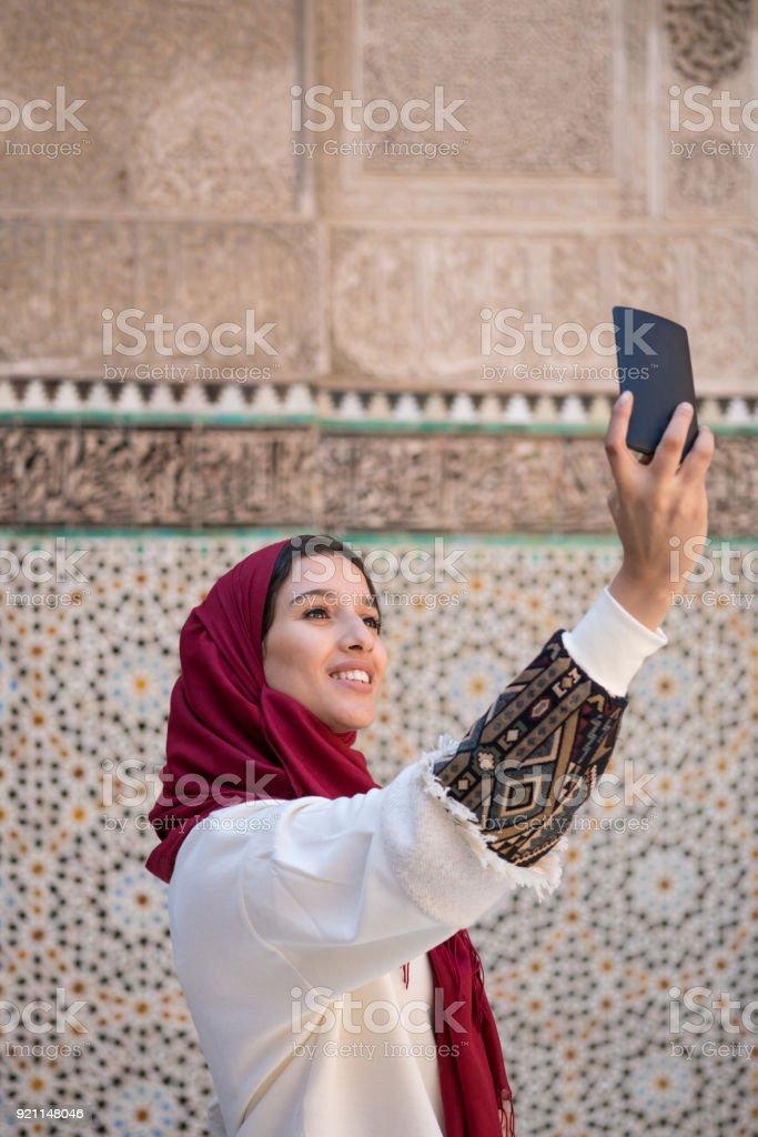 Selfie Traditionellen Muslimische In Der Nehmen Mit Frau Handy QdrtshC