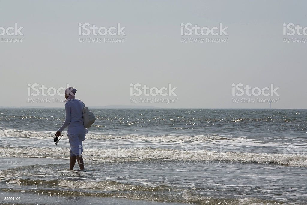 Muslimische Frau zu Fuß entlang der Küste Lizenzfreies stock-foto