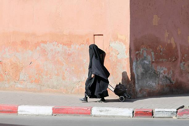 イスラム教徒の女性の通りを歩け ストックフォト