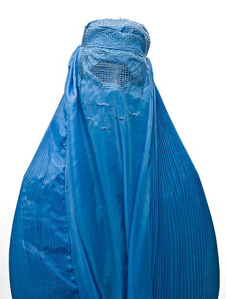 muslimische frau trägt die burka - burka stock-fotos und bilder
