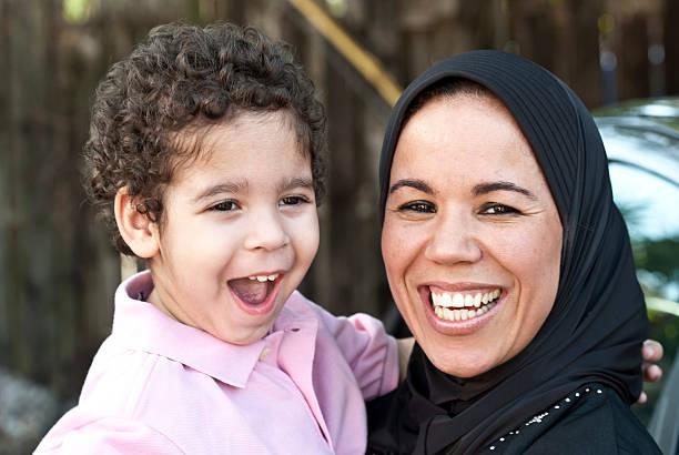 Muslim kobieta z jej syn – zdjęcie