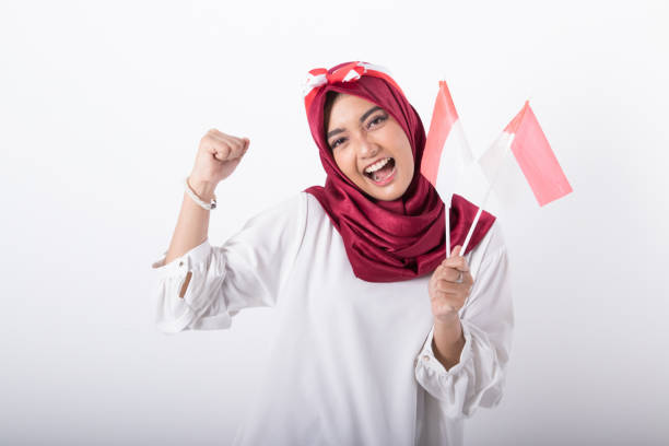 mulher muçulmana com bandeira indonésia - bandeira da indonesia - fotografias e filmes do acervo