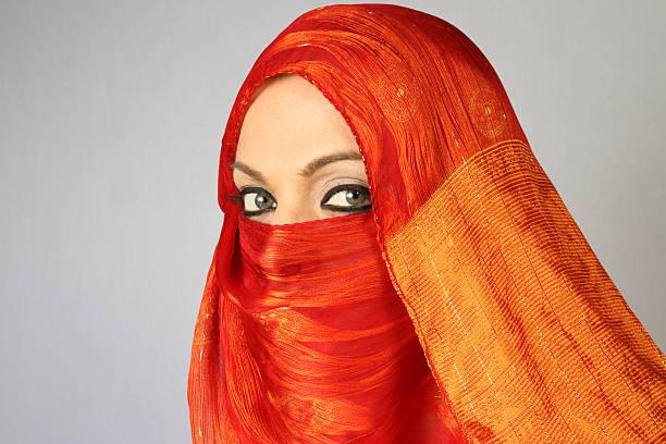 donna musulmana arancio con foulard - sharia foto e immagini stock