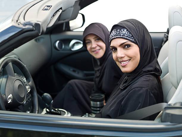 femme musulmane dans une voiture décapotable - femme arabe photos et images de collection