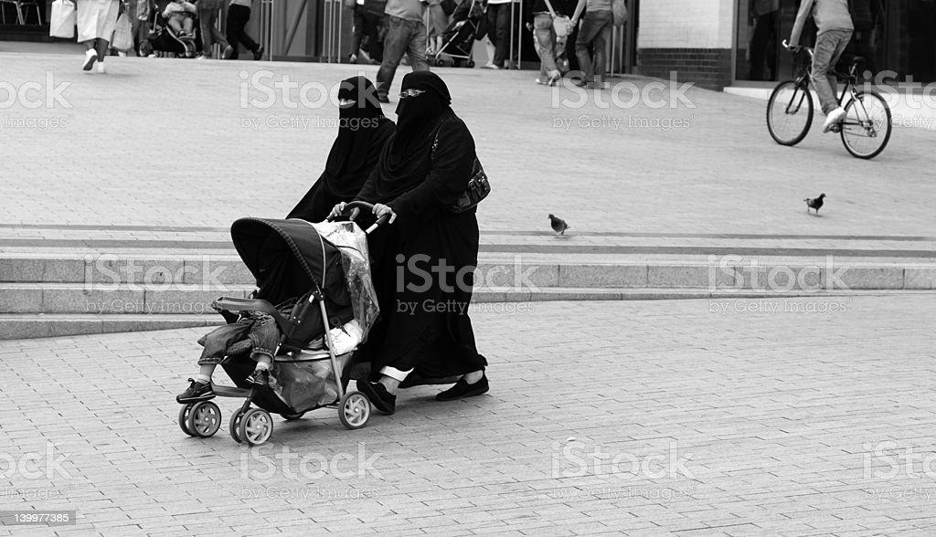 Muslimische Frauen mit Kind im Kinderwagen – Foto