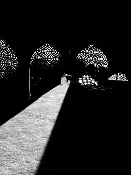 ein muslim betet im sonnenlicht in marmara theologie moschee - heute ist freitag stock-fotos und bilder