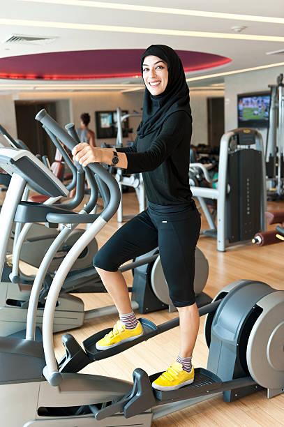 Musulmans jeune femme faisant de l'exercice - Photo