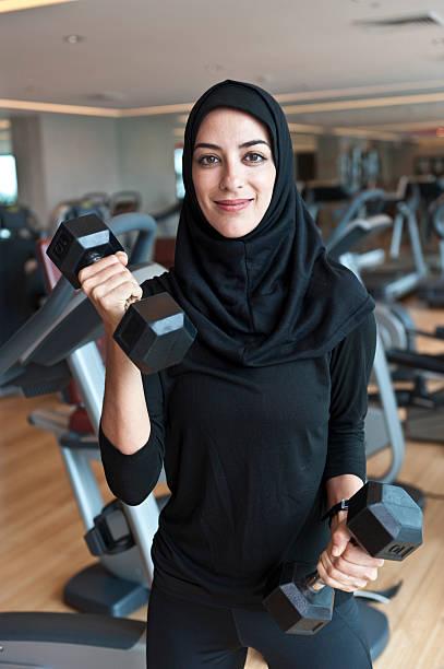 musulmans jeune femme faisant de l'exercice - femme arabe photos et images de collection