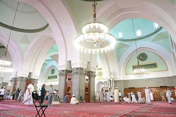 les musulmans priez dans masjid quba. - omra photos et images de collection