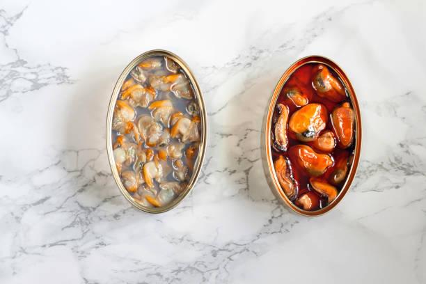 Mejillones y berberechos sobre mármol - foto de stock
