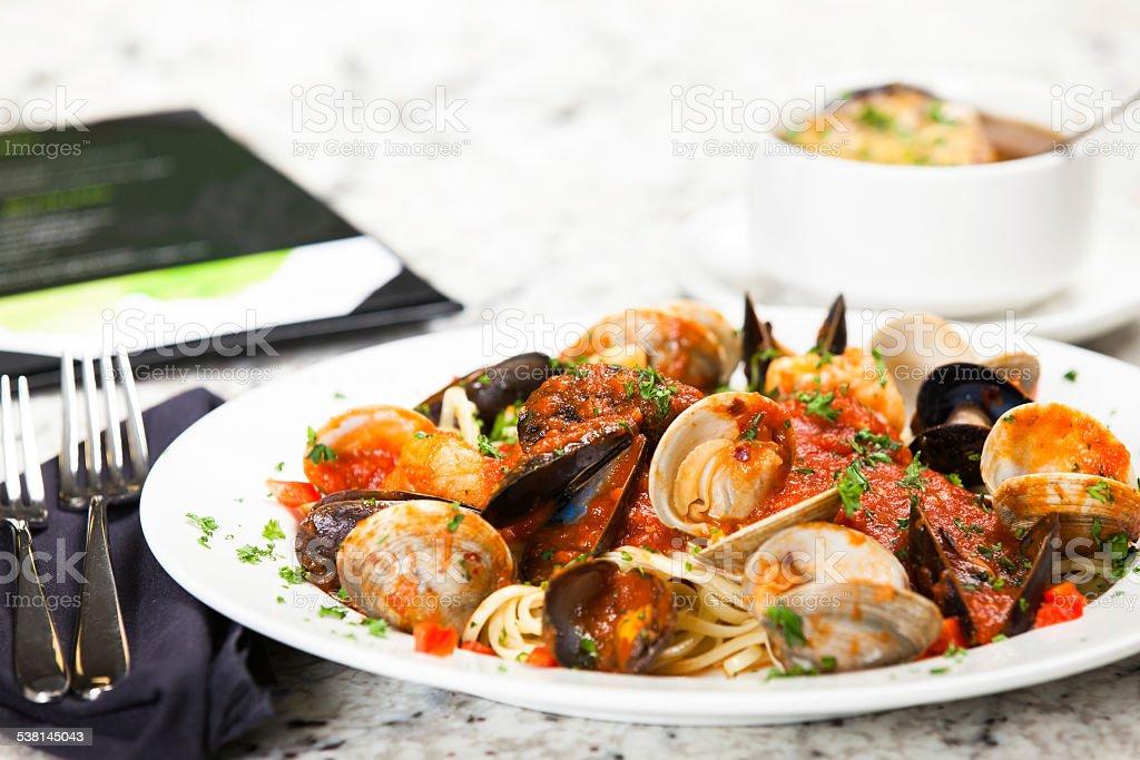 Mejillones y los pescados y mariscos con Linguine - foto de stock