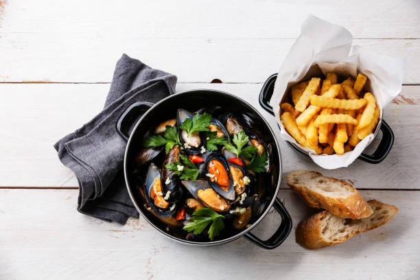 palourdes moules en noir cuisson pan plat et fries français - moules photos et images de collection