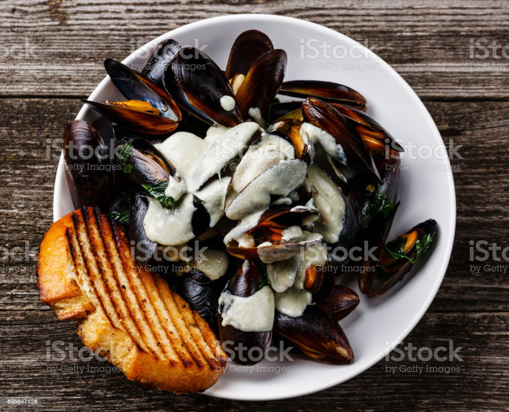 Mejillones Almejas En Dor Azul Salsa De Queso Foto de stock y más banco de  imágenes de Alimento - iStock