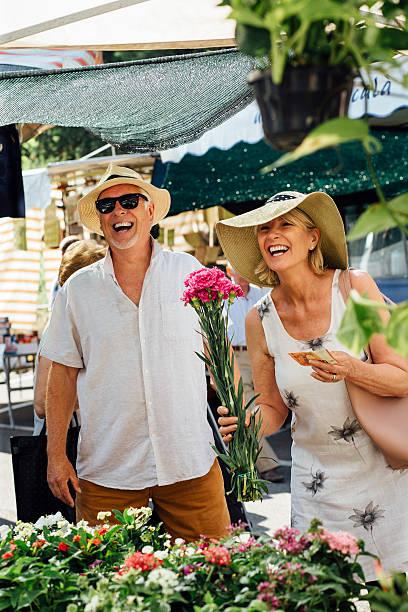 i must buy this bunch of carnations! - italienische lebensart stock-fotos und bilder