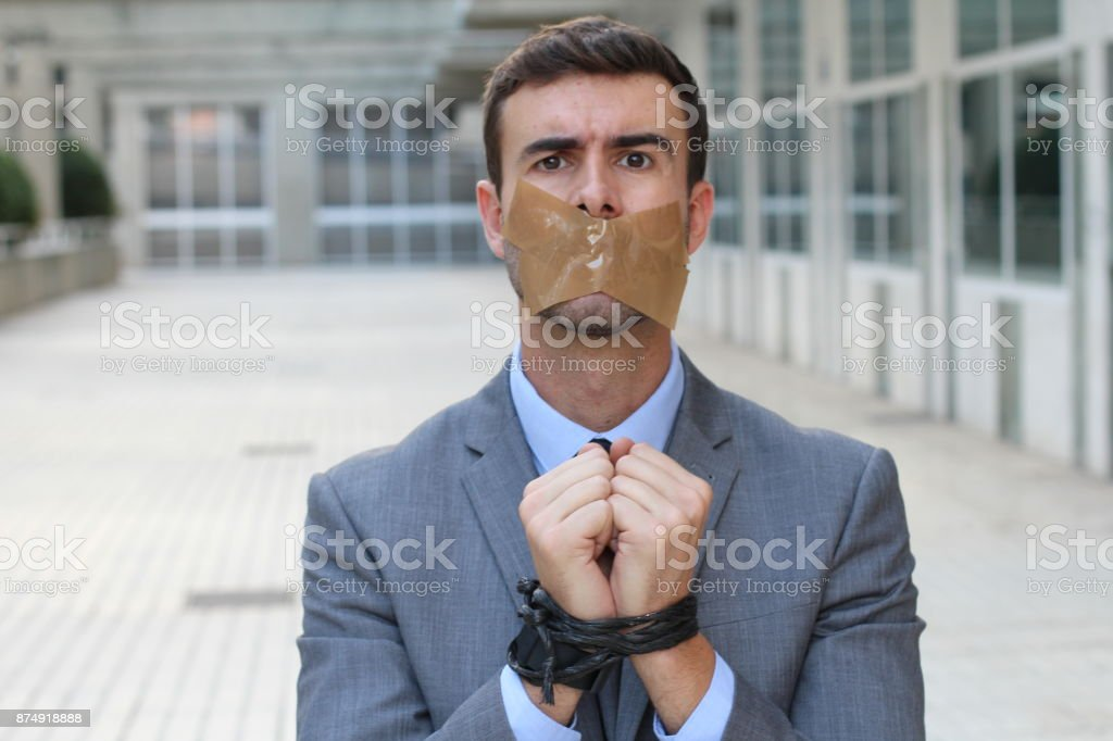 Gedämpfte und gefesselt Geschäftsmann am Arbeitsplatz – Foto