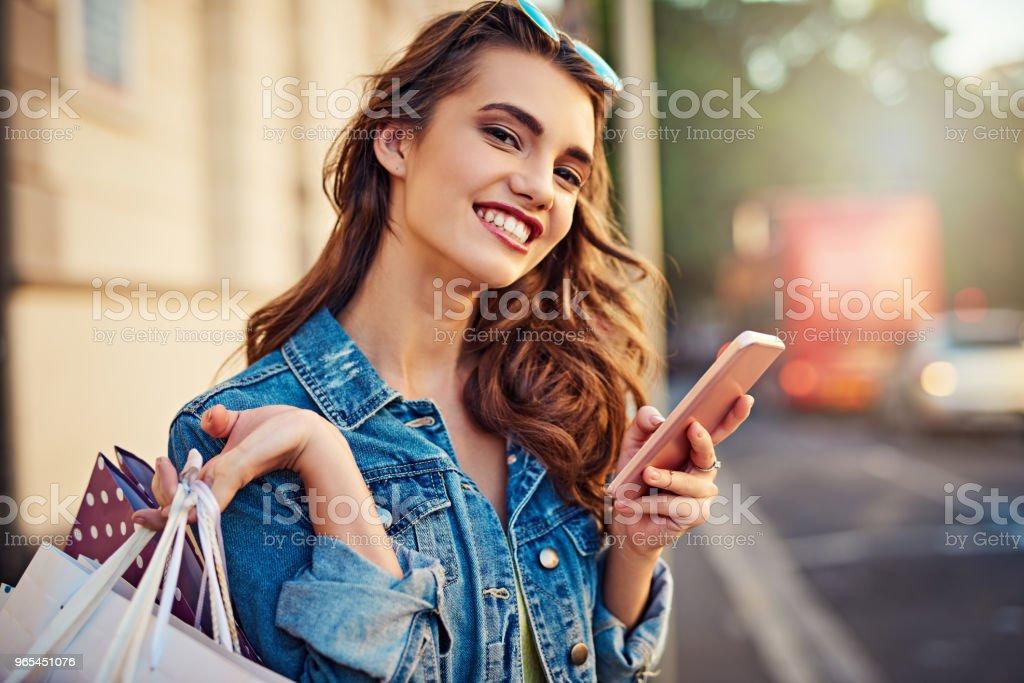 我的應用程式告訴我所有的銷售在哪裡 - 免版稅20多歲圖庫照片