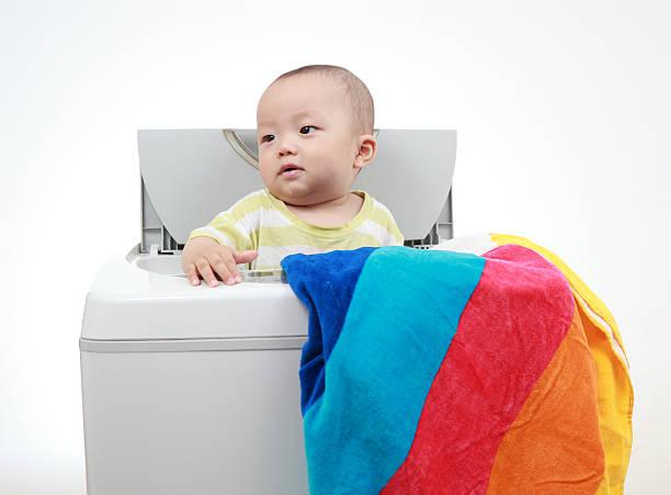 meinem baby und waschmaschine - chinese wäscherei stock-fotos und bilder