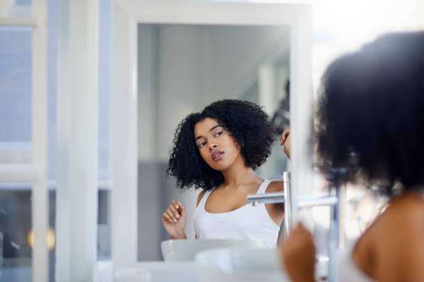 mon régime de beauté est tout à fait faisable et abordable - miroir photos et images de collection