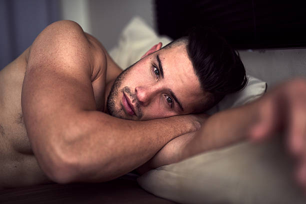 my bed, or yours? - a petto nudo foto e immagini stock