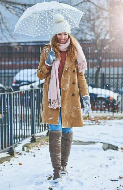 meine niedlichen regenschirm hält schnee aus meinem gesicht - winterjacke lang damen stock-fotos und bilder