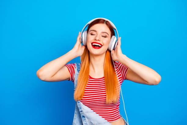 mijn favoriete track! close-up foto portret van positieve optimistisch met stralend toothy glimlach lang kapsel dragen witte hoofdtelefoon meisje geïsoleerd heldere levendige achtergrond - music stockfoto's en -beelden