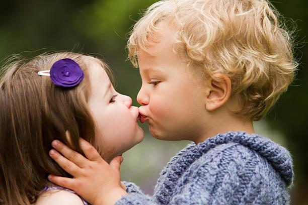 mon premier baiser - petits garçons photos et images de collection