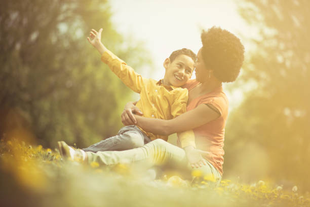 my love is big. - mãe criança brincar relva efeito de refração de luz imagens e fotografias de stock
