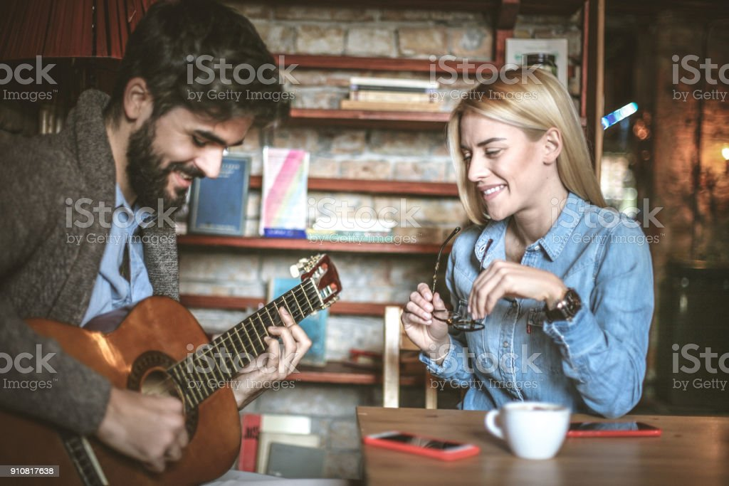 Mein Mann Spiel Mir An Der Gitarre Sing Mir Ein Liebeslied Stock