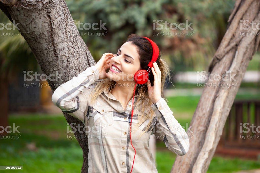 Benim ruh doğada. Genç kadın müzik açık havada için dinleme stok fotoğrafı