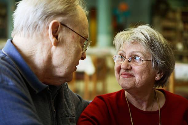 мои родители-счастливый пожилая пара - текст стоковые фото и изображения