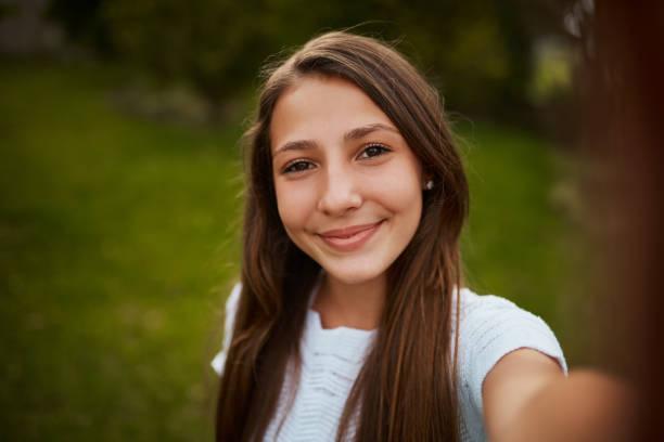 mijn selfie-spel is op punt - selfie girl stockfoto's en -beelden