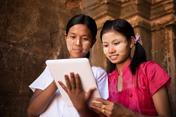 myanmar dziewczyna za pomocą cyfrowych tablet pc - burma home do zdjęcia i obrazy z banku zdjęć