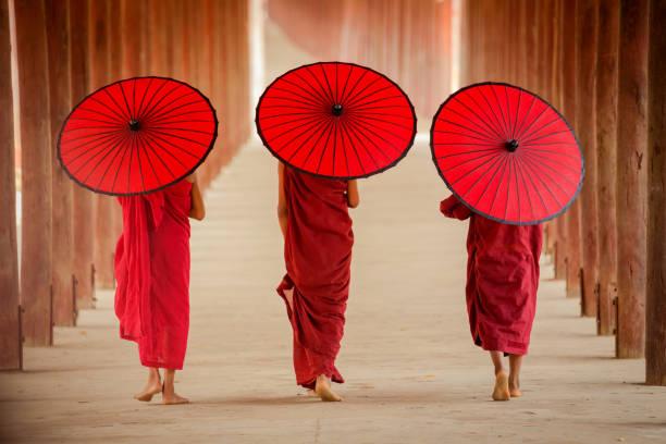 monje novicio de myanmar caminar juntos en la antigua pagoda - hermano fotografías e imágenes de stock