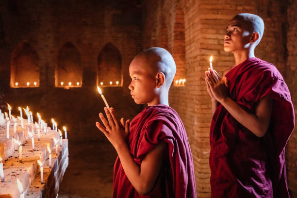 Myanmar-Novizen an Buddha-Statue beten – Foto