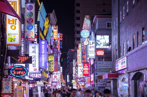 夜のソウルの明洞 - 韓国 ストックフォトと画像