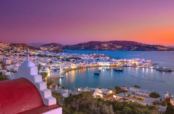 Mykonos Hafen mit Booten und Windmühlen, Kykladen, Griechenland – Foto