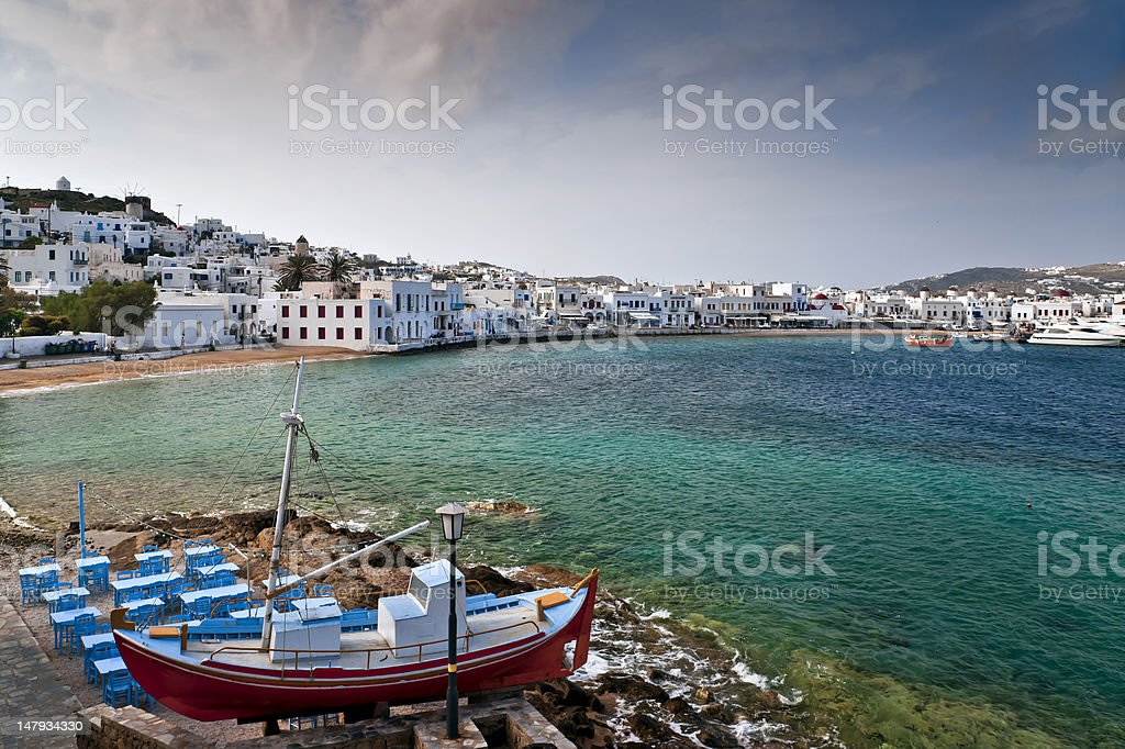 Mykonos vista com taverna na frente - foto de acervo