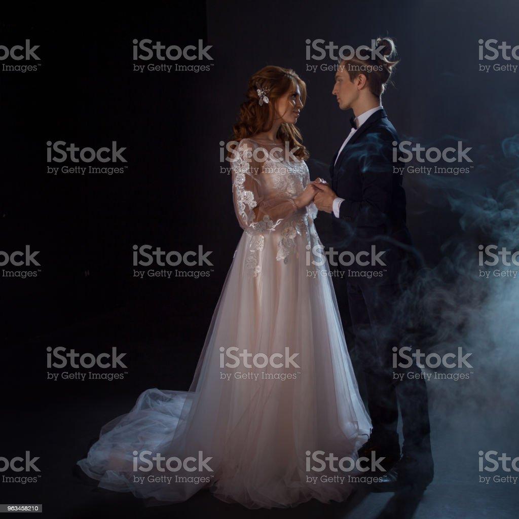 Réunion mystérieuse et romantique, la mariée et le marié sous la lune. Bises ensemble. Technique mixte - Photo de Beauté libre de droits