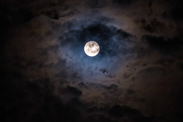 ciel de nuit noire mystérieuse avec la pleine lune et nuages - pleine lune photos et images de collection