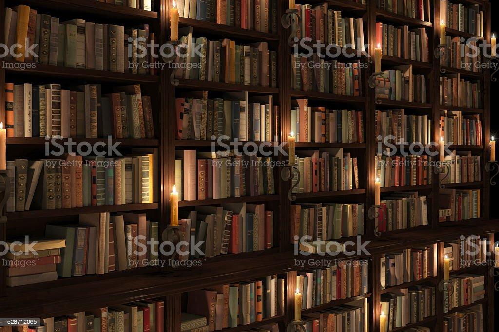 Misterioso libreria con illuminazione a candele fotografie stock