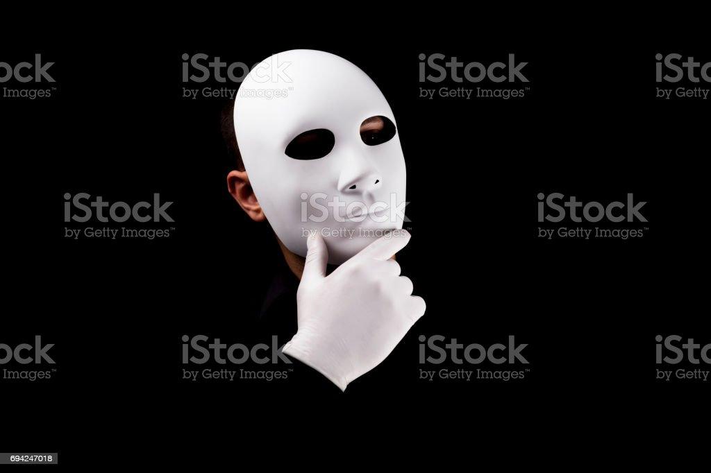 Geheimnisvoller Mann mit weißer Maske und Handschuhe – Foto