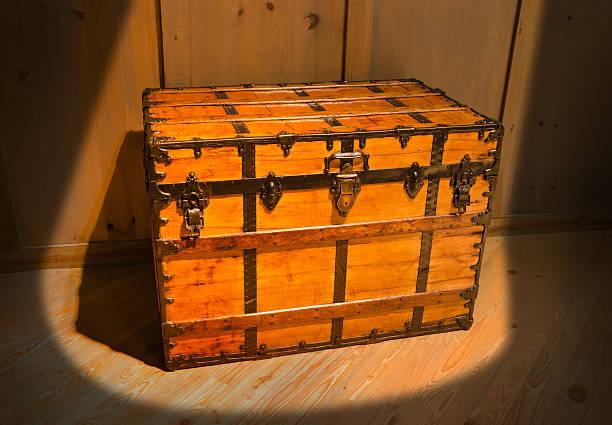 mysterious old antique treasure chest in attic - piratenzimmer themen stock-fotos und bilder